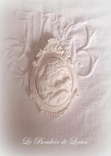 Le Boudoir de Louise (Camée en plâtre Shabby)