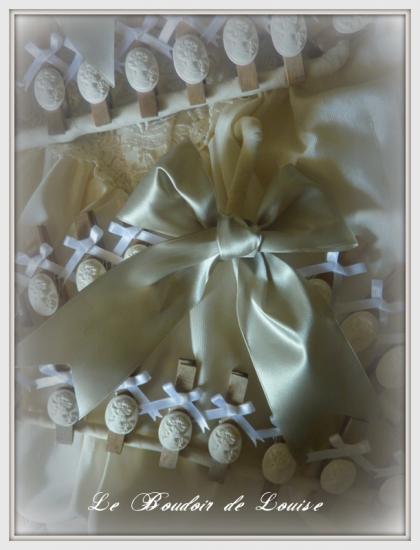 Le Boudoir de Louise (Epingle en bois, vieillie avec noeud et camée)