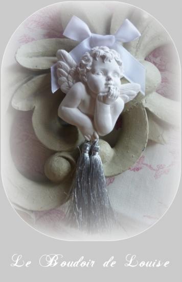 Le Boudoir de Louise (Petit ange avec pompon argentés à poser ou suspendre)
